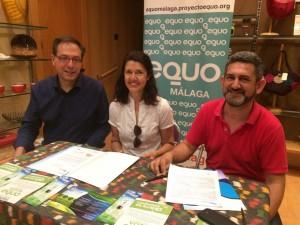 Francisco Soler, Carmen Molina y José Rubiño, durante la firma.